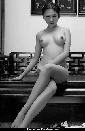 Восхитительная топлесс азиатская Playboy тёлка с пухлыми ореолами (hd порно фото)