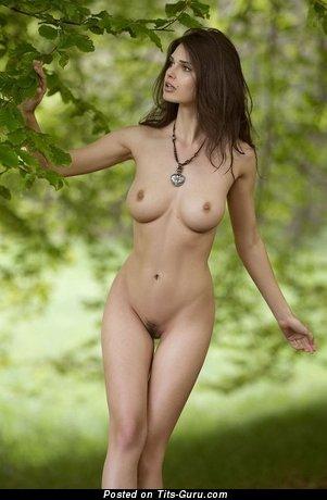 Красотка с офигенными оголёнными средними титями (интимная фотка)