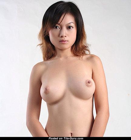 Топлесс азиатская брюнетка с офигенной обнажённой средней грудью и торчащими ореолами (hd эро изображение)