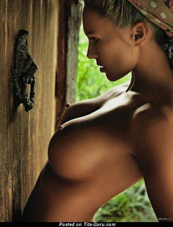Изображение. Картинка горячей обнажённой девушки с среднего размера сиськами