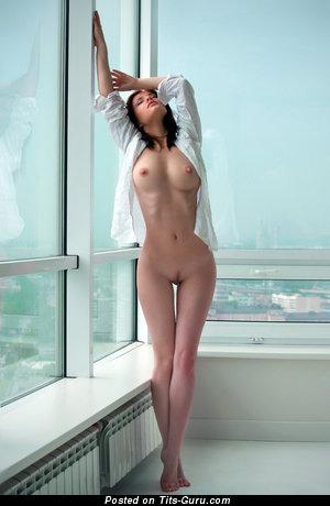 Фотография офигенной раздетой тёлки с средними дойками