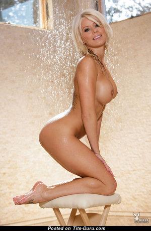 Изображение. Изображение умопомрачительной обнажённой модели с большой силиконовой грудью