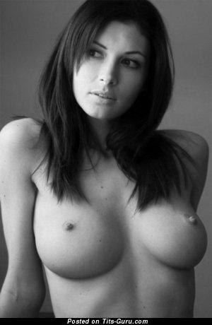 Любовница с крутыми обнажёнными солидными грудями (секс фотка)