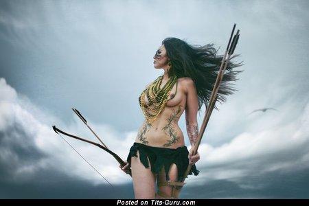 Изображение восхитительной обнажённой девушки с среднего размера сисечками