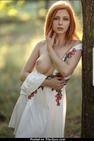 Фотография сексуальной голой рыжей с среднего размера натуральными сисечками