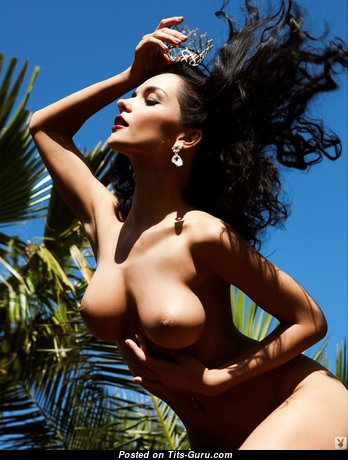 Eugenia Diordiychuk: брюнетка (Украина) с офигенным оголённым средним бюстом (секс картинка)