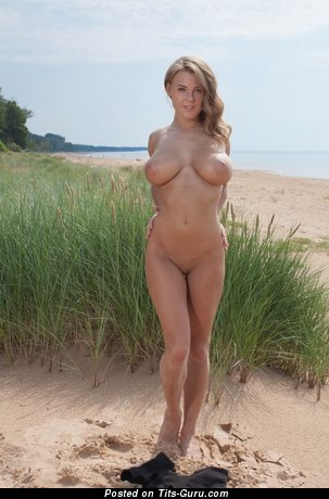 Viola Bailey - naked awesome lady with medium natural tots pic