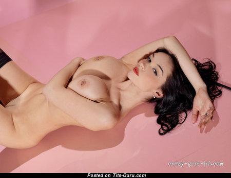 Eugenia Diordiychuk - фотография горячей раздетой брюнетки с средними сисечками, большими сосками