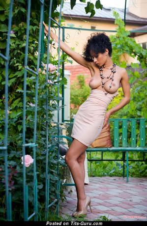Pammie Lee - naked beautiful lady with medium natural tittes photo