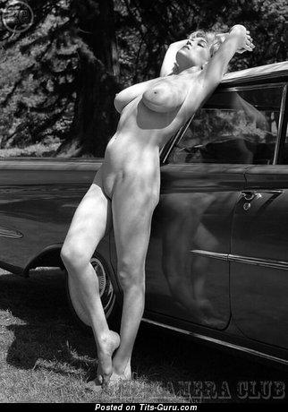 Фотография невероятной голой блондинки с средними натуральными сисечками