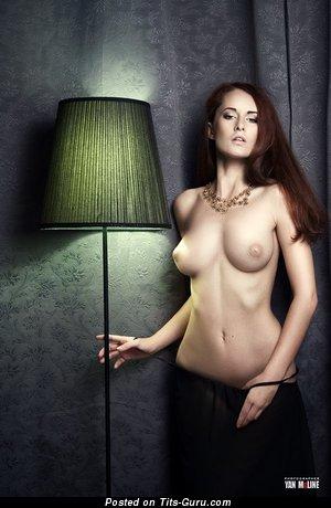 Изображение. Фото офигенной обнажённой рыжей с среднего размера натуральными дойками