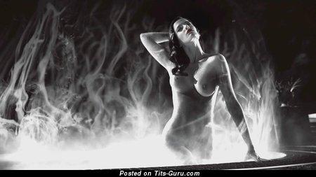 Eva Green - картинка сексуальной брюнетки топлесс с влажной грудью, большими сосками ретро