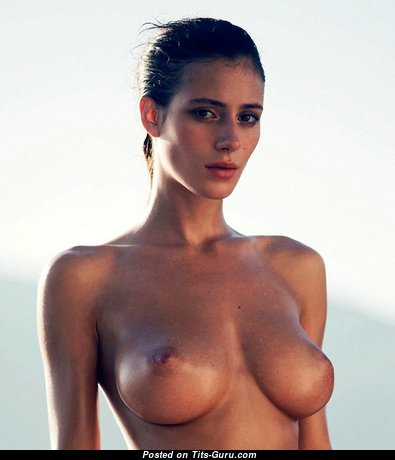 Топлесс брюнетка красотка с обалденной голой натуральной среднего размера грудью (эро изображение)