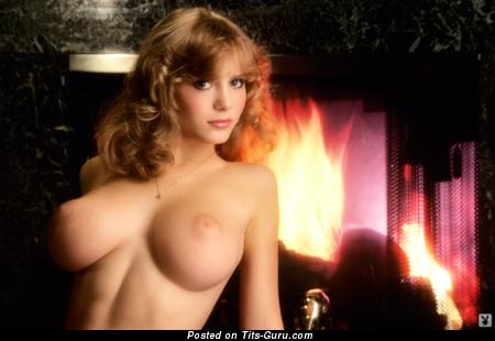 Фотка восхитительной обнажённой блондинки с натуральными дойками