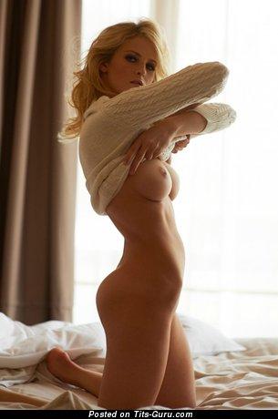 Изображение. Фотография обалденной раздетой модели с средними сисечками