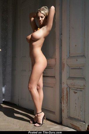 Любовница с офигенными оголёнными большими дойками (эро картинка)