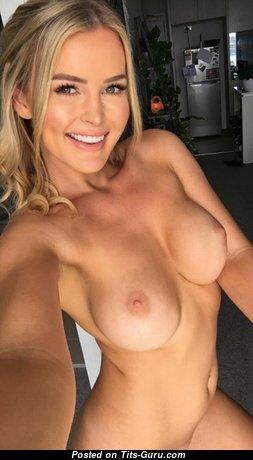 Блондинка с умопомрачительной голой среднего размера грудью (порно фотография)