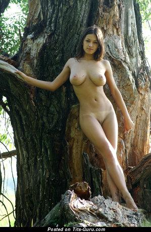 Sofi A: топлесс брюнетка красотка (Украина) с невероятными голыми натуральными среднего размера дойками (hd ню картинка)