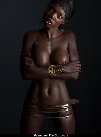 Изображение. Фотка умопомрачительной обнажённой леди с средними дойками