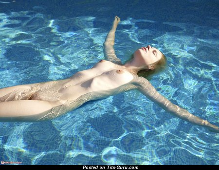 Фотка шикарной раздетой девахи с среднего размера натуральной грудью
