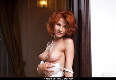 Развратница с умопомрачительной обнажённой натуральной средней грудью (hd секс картинка)