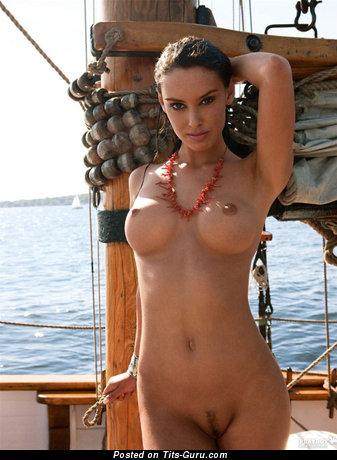 Фотография обалденной обнажённой модели с большой силиконовой грудью