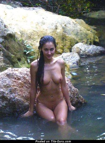 Брюнетка с восхитительным голым среднего размера бюстом (ххх картинка)