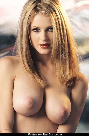 Красотка с офигенной голой натуральной среднего размера грудью (интимное изображение)