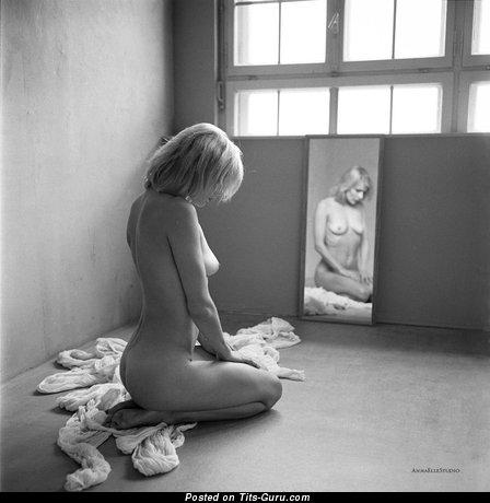 Image. Naked amazing woman with medium natural boob pic