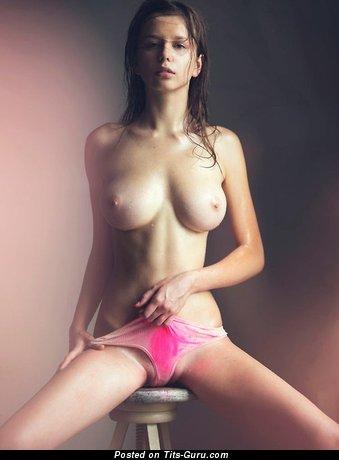 Изображение. Фотография умопомрачительной голой девушки с среднего размера дойками