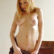 Jamie Lynn: блондинка порнозвезда (США) с эффектным голым натуральным средним бюстом раздевается (ню фотка)