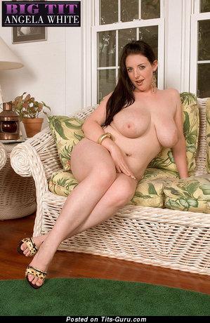 Изображение. Angela White - фотка шикарной обнажённой брюнетки с большими натуральными сисечками