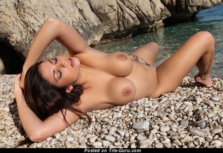 Изображение. Krystal Webb - фотка сексуальной раздетой брюнетки с большими сисечками