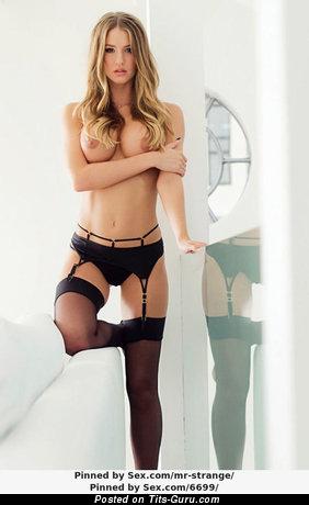 Изображение. Фотография умопомрачительной обнажённой леди с большими силиконовыми сисечками