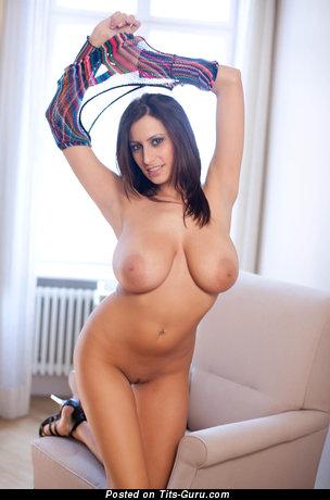 Изображение. Фотка сексуальной голой брюнетки с гигантскими натуральными дойками