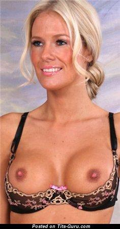 Изображение. Изображение горячей обнажённой тёлки с средними дойками