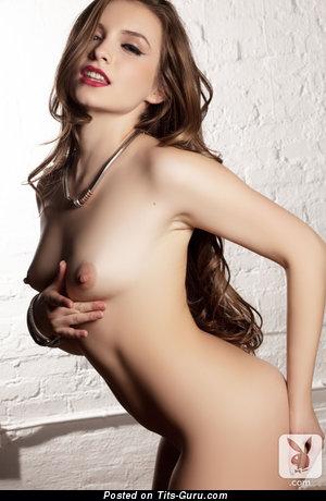 Изображение. Mandy Kay - изображение красивой раздетой брюнетки с малюсенькими натуральными дойками