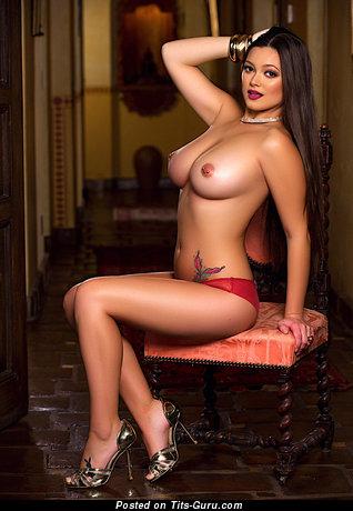 Изображение. Фотка невероятной обнажённой брюнетки латиноамериканки с среднего размера сиськами