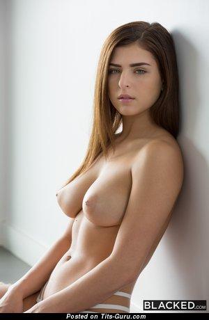 Изображение. Изображение сексуальной голой брюнетки с среднего размера грудью