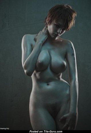 Красотка с красивой голой натуральной средней грудью (ххх картинка)