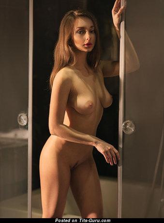 Изображение. Изображение невероятной голой тёлки с натуральными дойками
