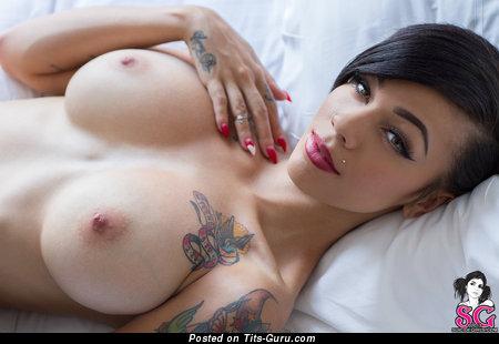Модель с крутым оголённым выдающимся бюстом и тату (hd секс фотография)