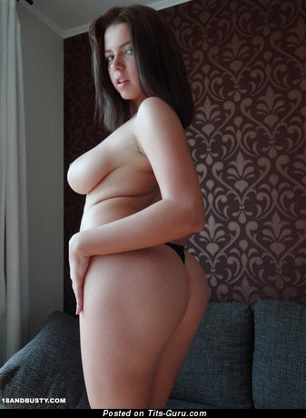 Изображение. Marina Visconti - фотография сексуальной голой брюнетки с большими натуральными дойками