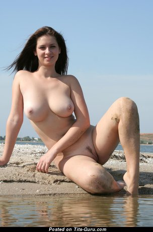Изображение. Фотография восхитительной раздетой модели с большими натуральными дойками