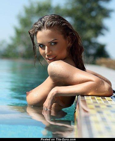 Изображение сексуальной брюнетки топлесс с влажными средними натуральными дойками