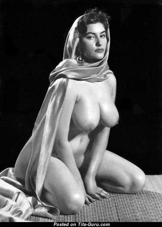 Ann Austin: гламурная брюнетка (Великобритания) с офигенной голой натуральной средней грудью (ретро 18+ фотка)