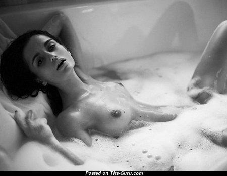 Ekaterina Zueva: топлесс и мокрая брюнетка (Россия) с крутыми оголёнными натуральными малюсенькими сисяндрами (18+ изображение)