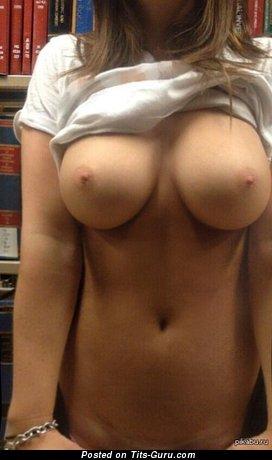 Изображение. Изображение восхитительной раздетой тёлки с большой грудью