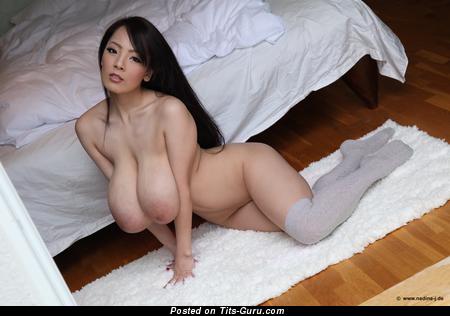 Hitomi Tanaka - изображение восхитительной брюнетки азиатки топлесс с гигантскими натуральными дойками, большими сосками