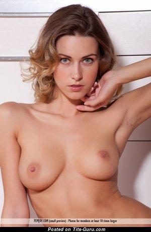 Изображение. Olga Alberti - фотография красивой обнажённой тёлки с средними натуральными дойками
